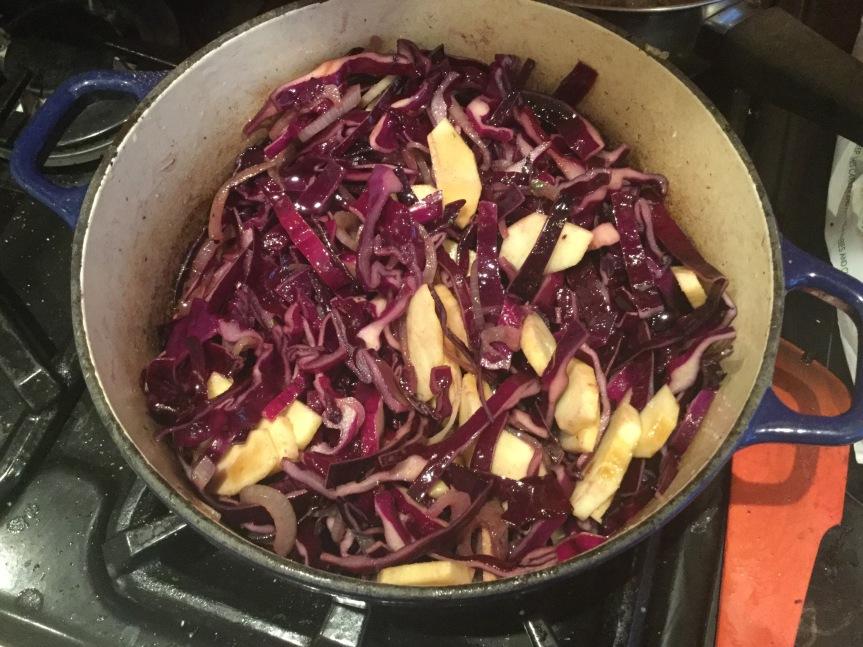 鍋にいる紫キャベツ
