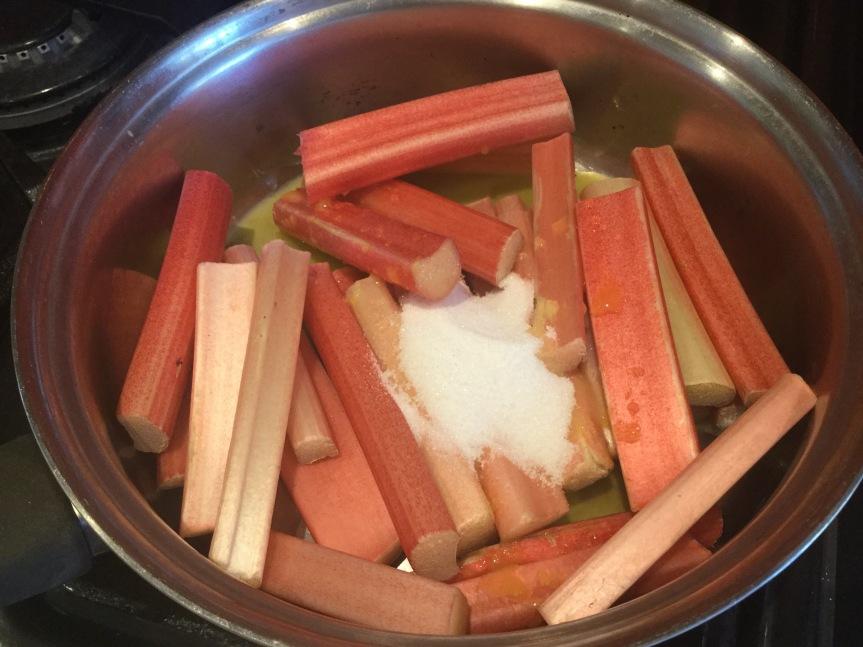 鍋に入るルバーブ